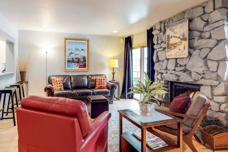 Charming resort condo w/shared hot tub - within walking distance to ski lifts