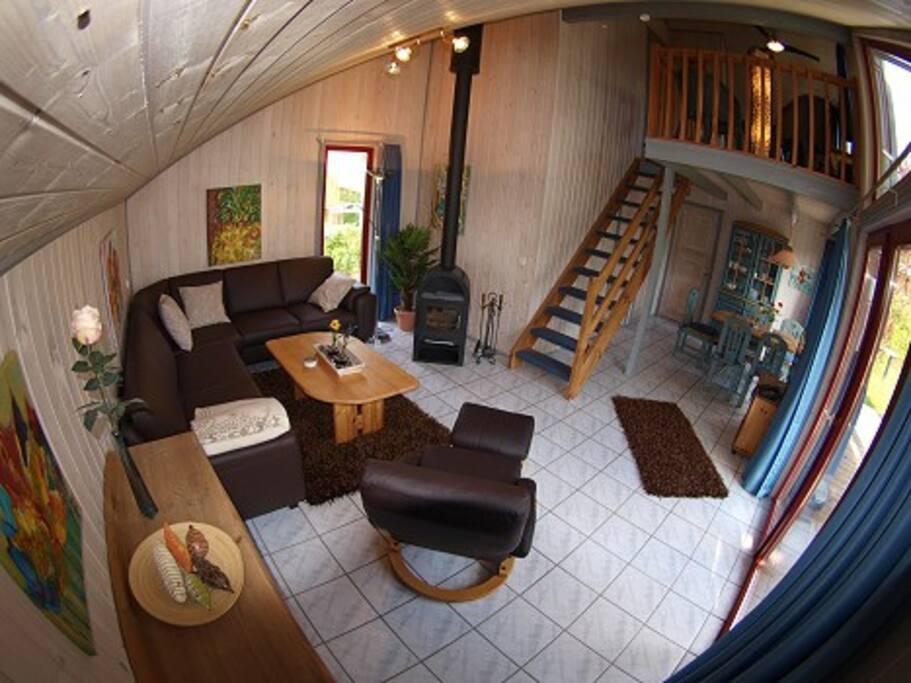 Das gemütliche Wohnzimmer mit Kamin und komfortablen Möbeln