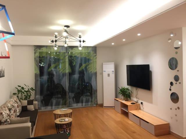 南京江宁竹山路地铁一号线,开发商精装三室温馨之家!