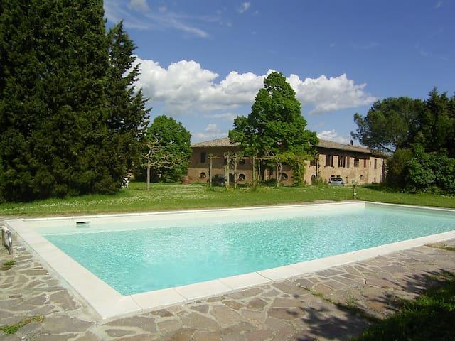 Villa in Farm,SienaHills, A/C, 8pp,pool,wi-fi.