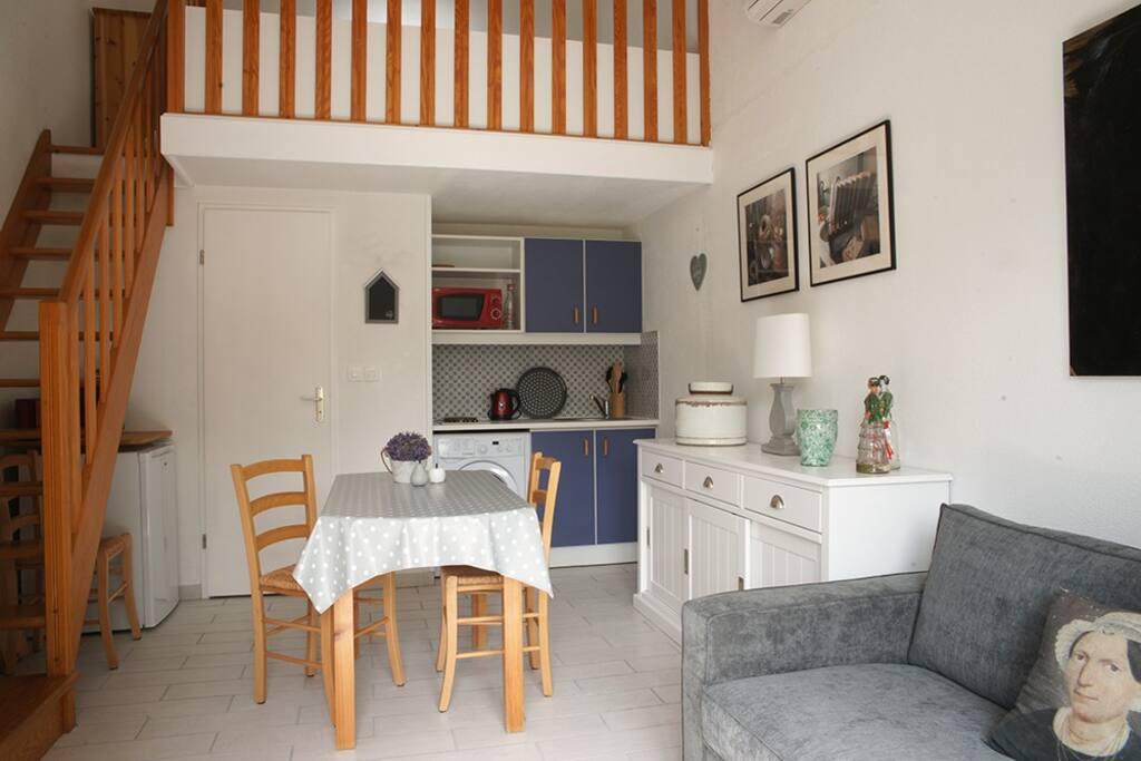 Salon et cuisine équipée: machine à laver, machine expresso, réfrigerateur.