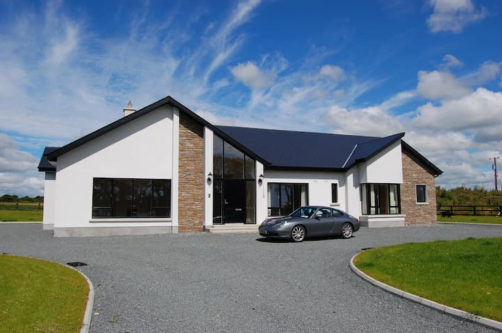 Modern house-great base for touring - Ballycullane - House