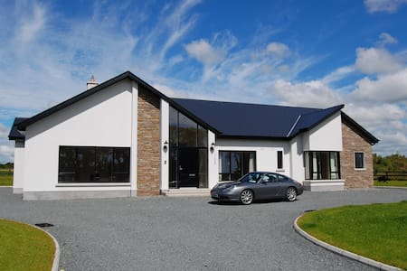 Modern house-great base for touring - Ballycullane - Hus