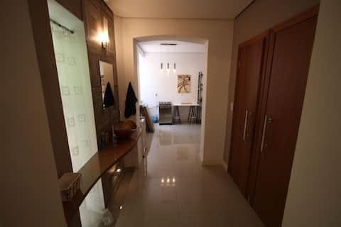 Sala/cuarto com cozinha grande em casa italiana