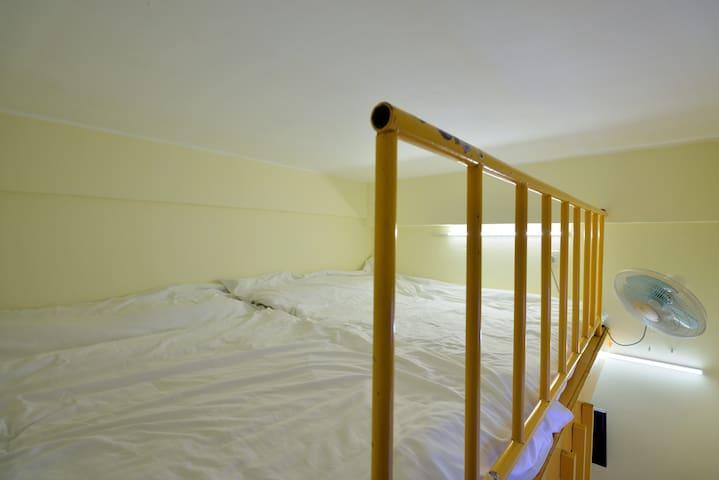Room 1 - 港岛区温馨干净的小复式设计房间,很适合家庭出游的你哦