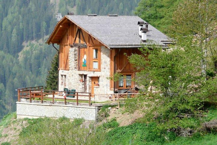 Panoramisch en rustig gelegen woning tegen heuvel vlakbij het gezellige Piazzola