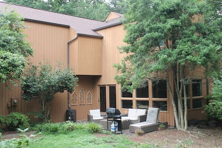 Beautiful Spacious Home. Great for Furniture Mart!
