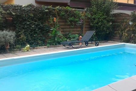 villa con piscina immerso nel verde - Garbagna novarese - 自然小屋