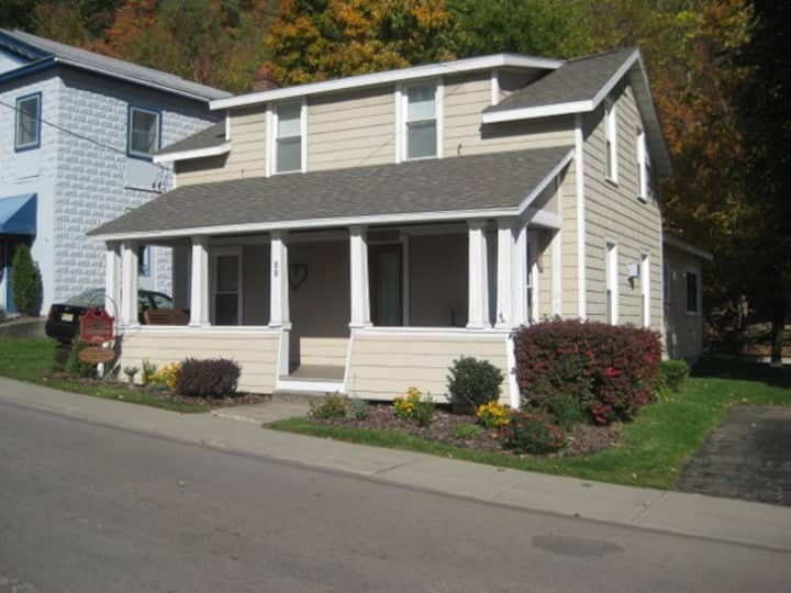 Cottage on the Square in the Heart of Hammondsport