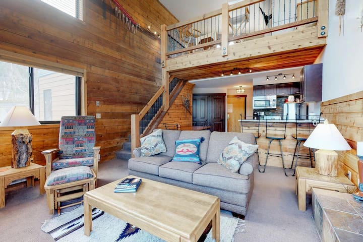 Cozy lakeview condo steps from the shuttle pickup, with shared pool & hot tub!