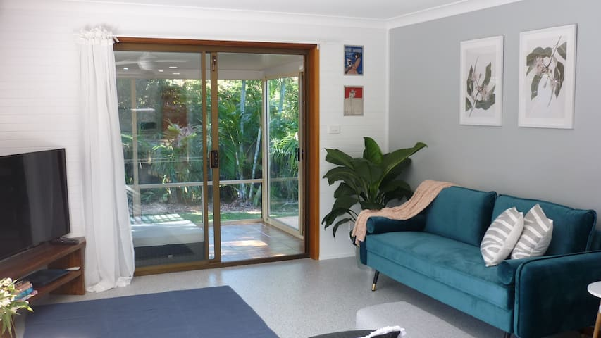 Centrally located, Villa 2 walk to beach, cafes.