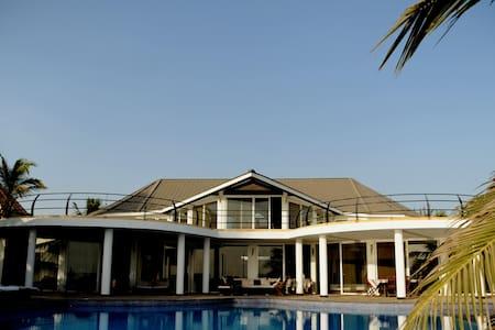 villa contemporaine bord de mer de 900m2 avec pisc - Saly - Villa