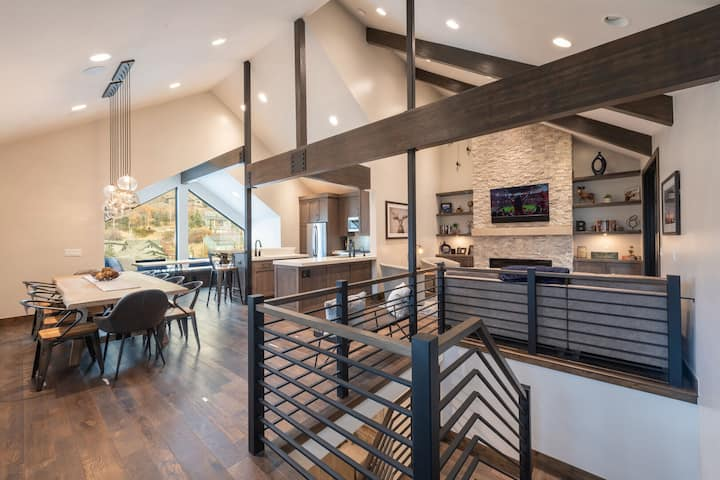 Beautiful Modern Walk to Town Private Hot Tub Between Park City Mountain and Deer Valley Sleep 10 4 Bedroom