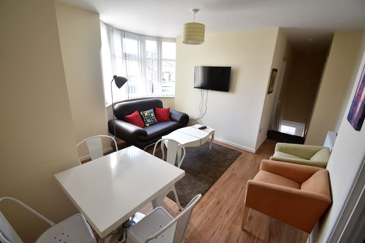 Four Double Bedrooms-Close to A45 and City Centre