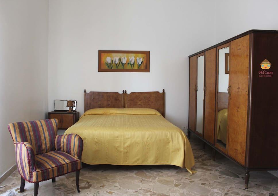 Camera da letto quadrupla con letto matrimoniale (e due letti singoli). La camera dispone di armadio a 5 ante, poltroncine e comodini. Comoda anche per accogliere un'intera famiglia. Balcone.