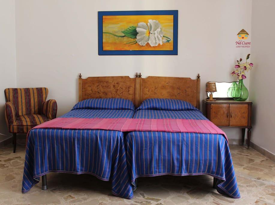 Camera da letto quadrupla con due letti singoli (che si possono unire in matrimoniale). La camera dispone di armadio a 5 ante, poltroncine e comodini. Comoda anche per accogliere un'intera famiglia.