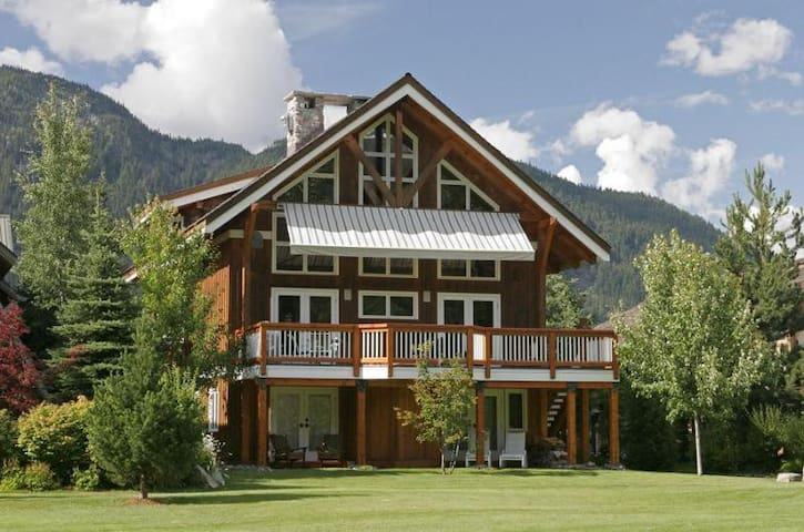 Whistler Saddle House Luxury Chalet