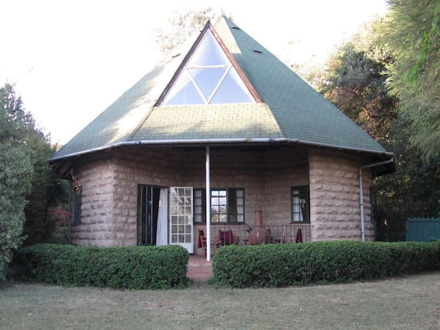Cottage with Ngong Hills views in heart of Karen