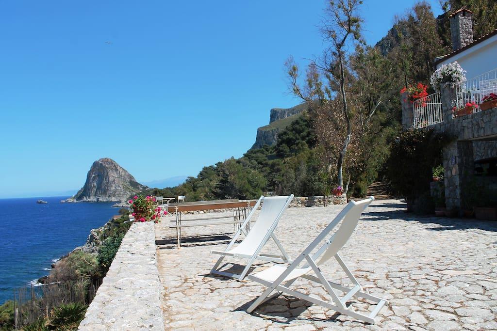 L'altra terrazza-terrapieno sul mare dove prendere il sole, fare una doccia all'aperto o un barbecue