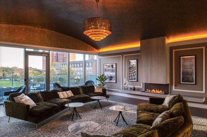 Luxurious 1-Bedroom Penthouse in Uptown