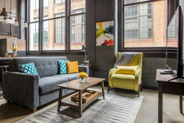 Modern 2BR in the Strip District