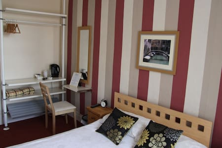 Warm and Cosy Double bedroom B&B - Tiverton