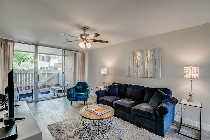 Welcome to Scottsdale Ivy- brand new furnishings in this one of a kind 1 bed/ 1 bath located in the heart of Old Town Scottsdale.