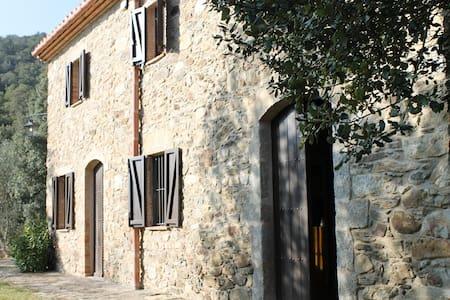 Masía de piedra en el Alt Ampurdà - Girona