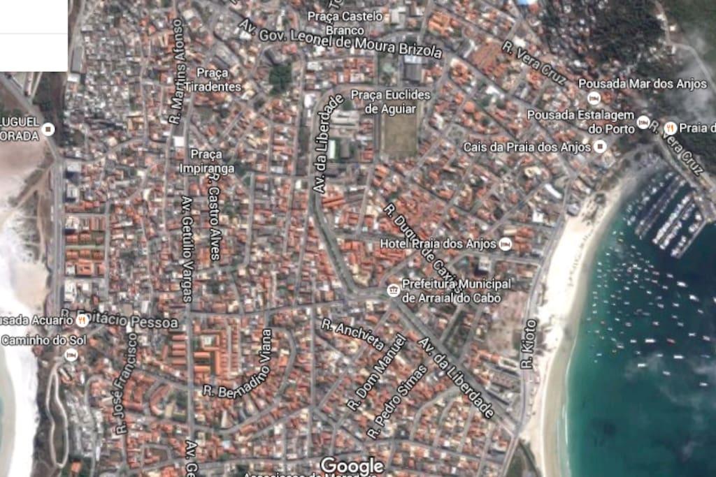 A Casa fica em frente a Praia dos Anjos