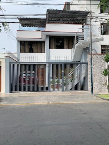 CUARTO AMOBLADO EN SANTIAGO DE SURCO CON BAÑO PRIV