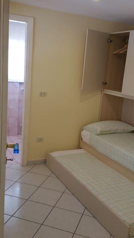 La camera a due letti con bagno/doccia