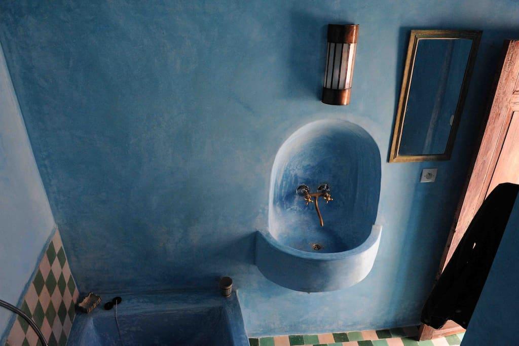 Salle de bain avec baignoire au deuxième étage. Le bruit de la mer et le cri des mouettes dans un bain chaud...
