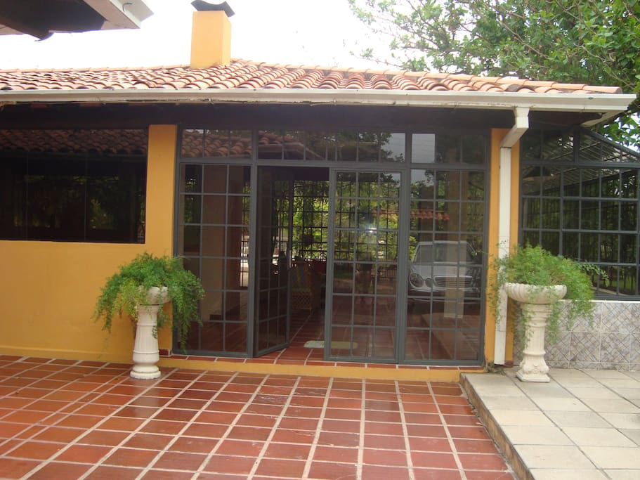 entrada principal al quincho y la casa.