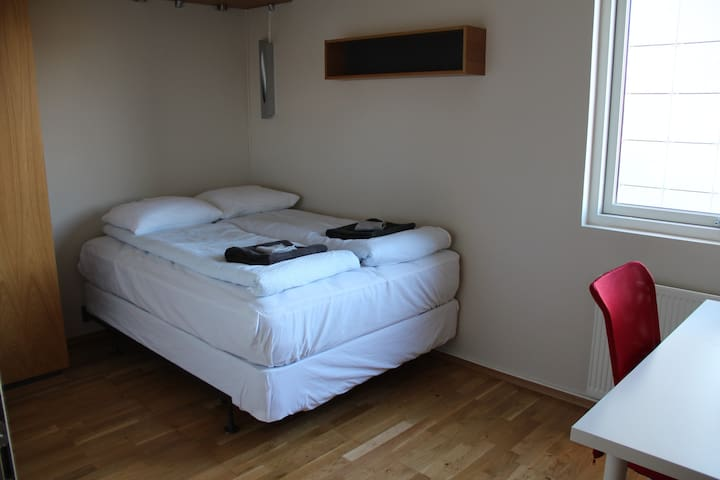 Comfy room close to the city - Mosfellsbær - Leilighet
