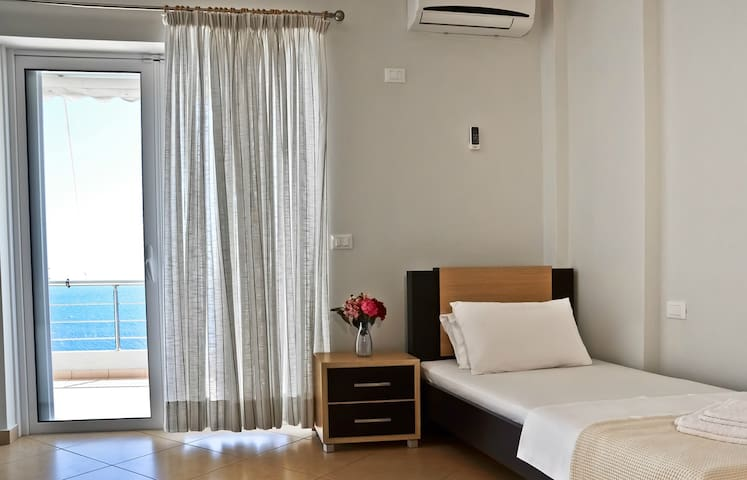 Suite single bed and balcony