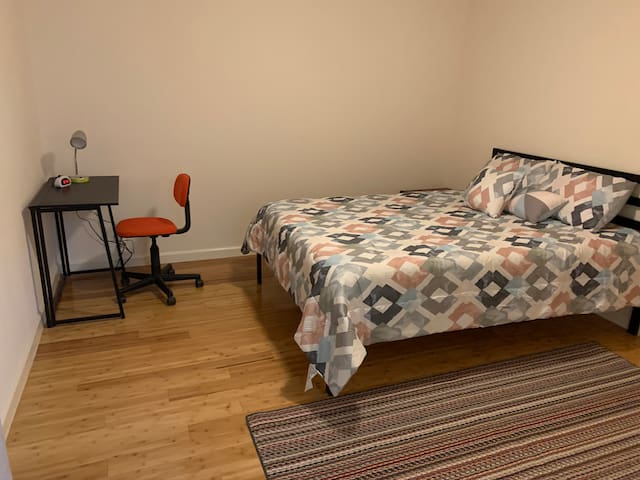 Queen Bed n Private Bath 01