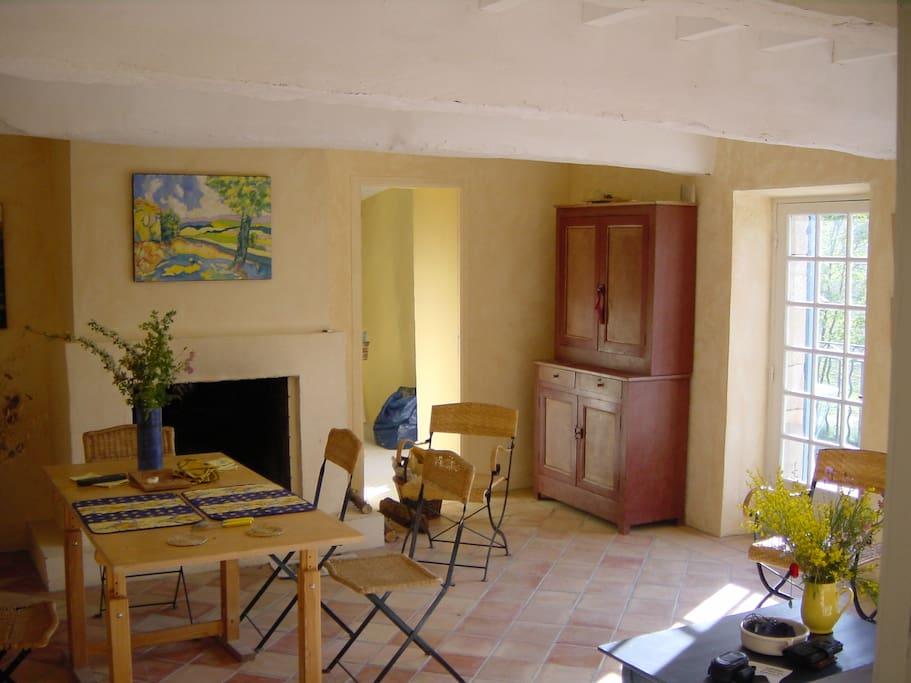 Une salle de séjour avec de très anciennes poutres et carreaux de terre cuite