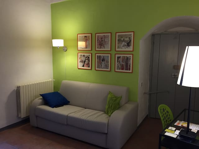 Il salotto di SASSI E NUVOLE alla luce delle lampade dell'appartamento