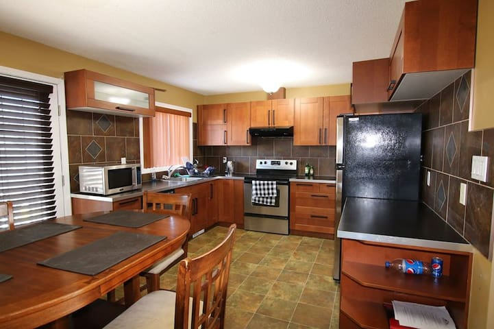 3 Bed Downtown Upper Bi-Level Home