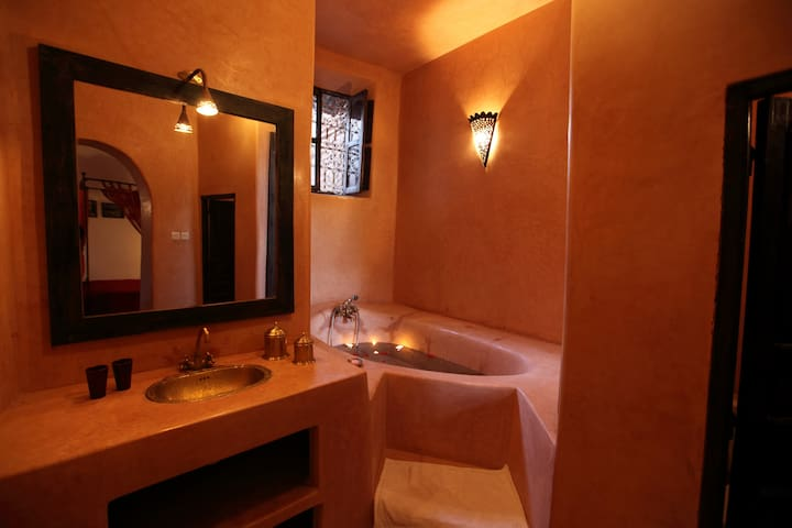 Yasmina Suite, Riad Dar Tayib, Jacuzzi, Medina. - Chambres d\'hôtes à ...