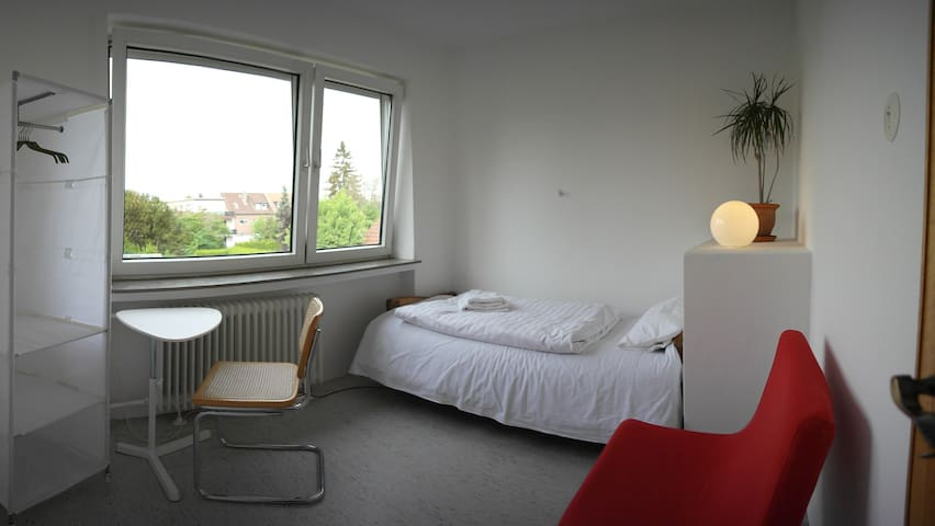 quite room 10min walk to Messe (B)