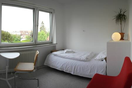 quite room 10min walk to Messe (B) - Laatzen - House