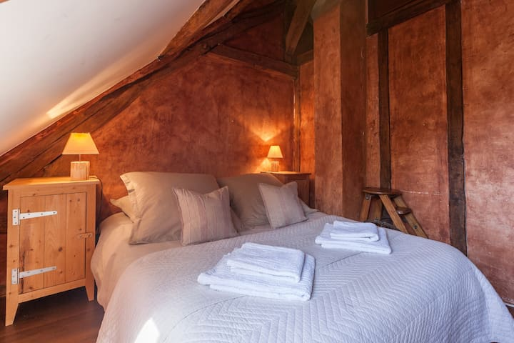 La chambre rouge (chambre 3) - The red bedroom (bedroom n°3)