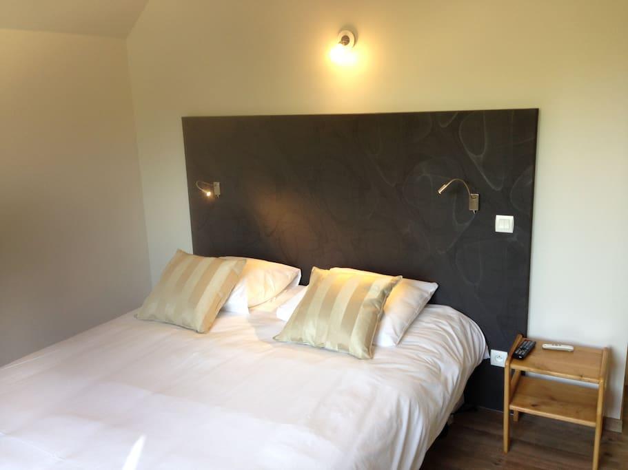 Grand lit ou lits jumeaux automatisée Literie Tempur, une autre chambre de 13m2 est équipée de lit jumeaux