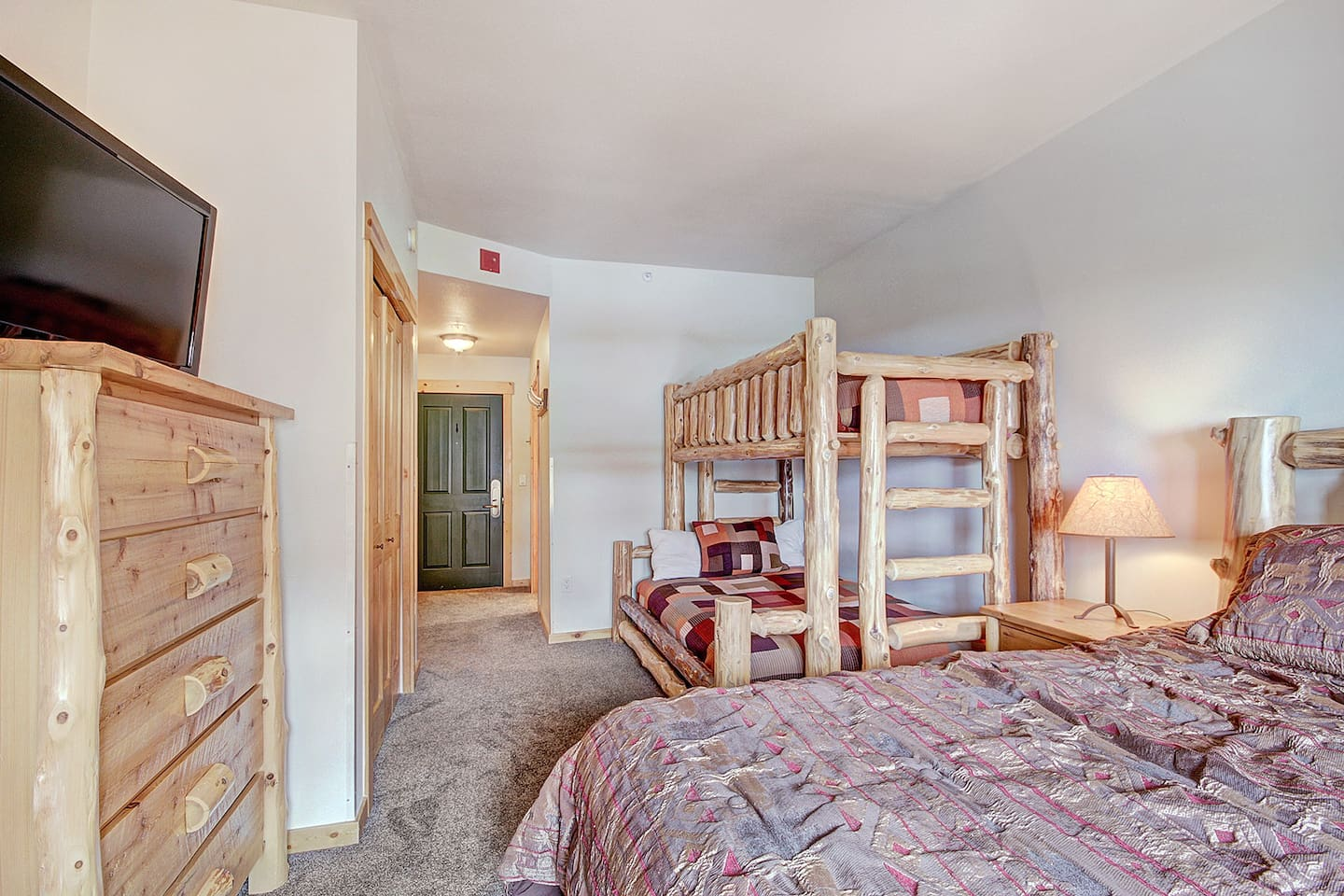 TM407H Tucker Mtn Lodge - a SkyRun Copper Property - Hotel Room - 1 King Bed and a Bunk with Twin over Double