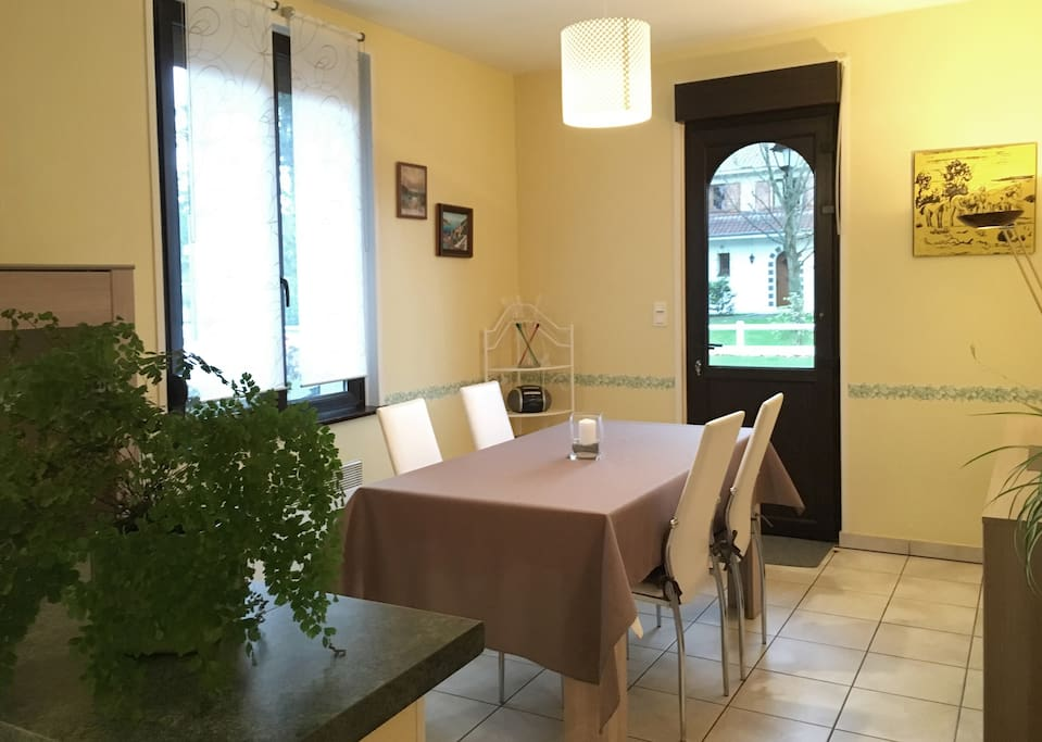 Petite maison au calme prox touquet houses for rent in for Salle a manger translation