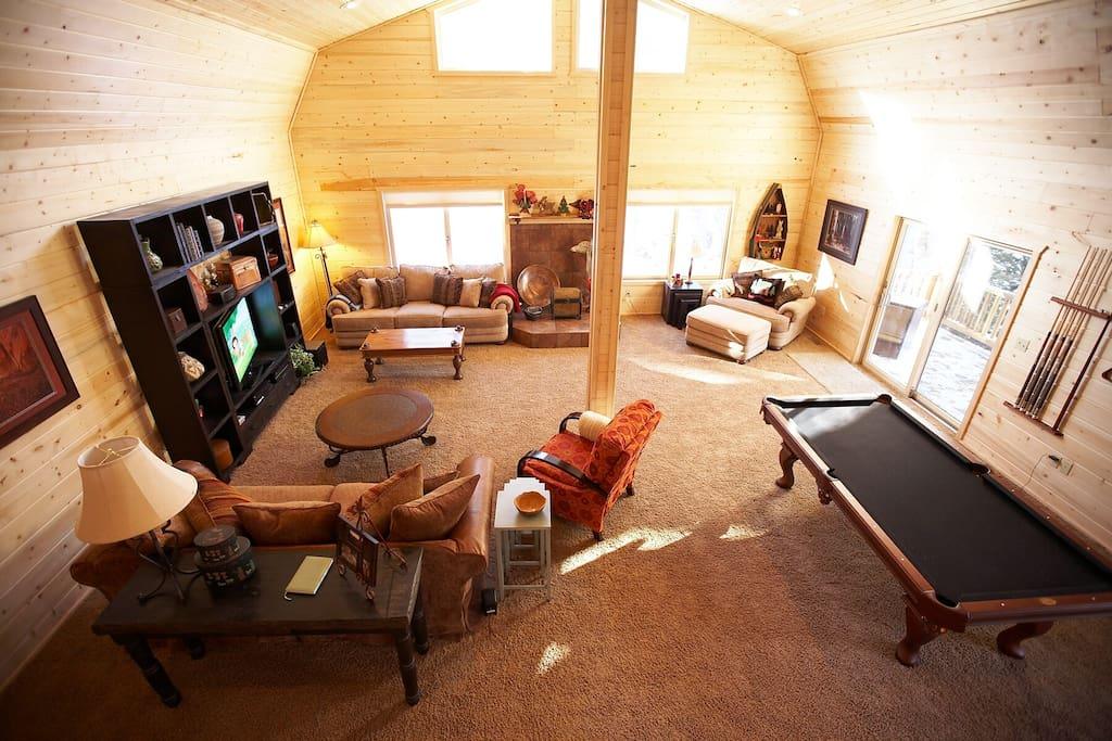 Huge Lliving area with Pool table