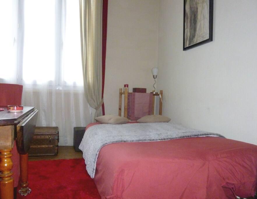 Le canapé lit est déplié et la table en partie repliée