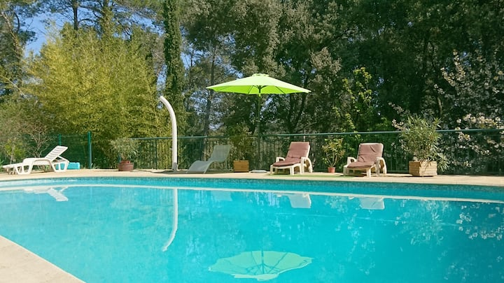 Villa de charme dans  domaine avec piscine.