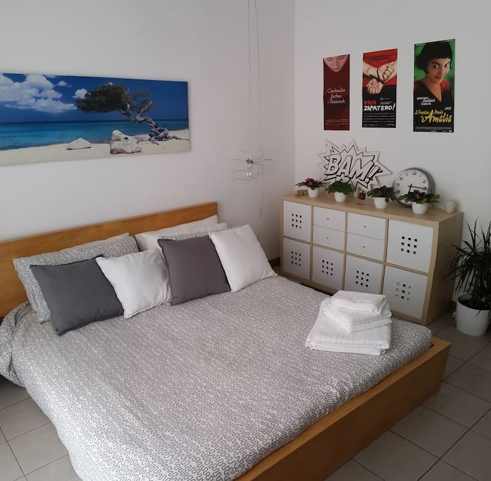 letto matrimoniale, mobile a cubi e cassetti (queen size bed and room details)